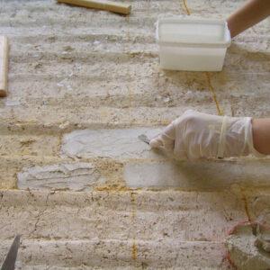 Chituirea lacunelor, la nivel intonaco mici, medii de diferite profunzimi, situate pe suprafeţe verticale, pe verso fragmentelor de pictură.