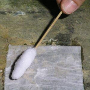 Curăţarea substanţelor grase, culori diferite pe bază de ulei de pe suprafeţele picturii.