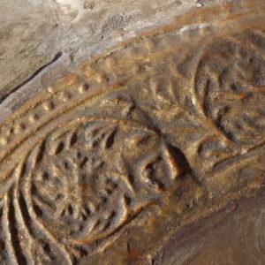 Aureolă în relief cu motive florale, poleită cu foiţă de aur de culoare galbenă.