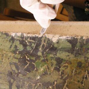 Consolidarea parţială a marginilor, desprinderilor sau fracturilor suportului picturii folosind mortare pe bază de var-nisip, compatibile cu originalul.