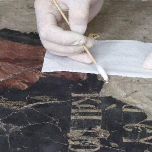 Curăţarea substanţelor grase, culori pe bază de ulei (tempera grasă) de pe suprafeţe verticale. S-a realizeazt prin alternarea mijloacelor mecanice şi fizico-chimice.