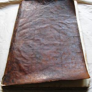 Învelitoarea din piele a atlasului înainte de restaurare.