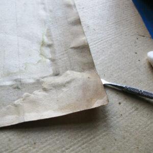 Desfacerea hărții de pe carton.