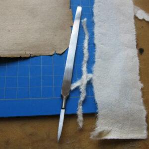Pregătirea hârtiei japoneze pentru completarea hărții.