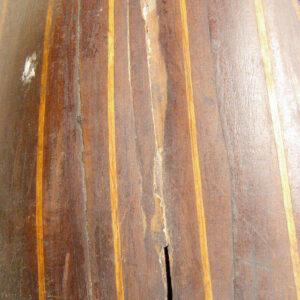 Detaliu completare indadecvată cu chit, alterarea lacului de acoperire, crăpatură.