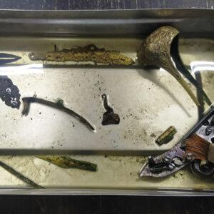 Degresarea pieselor metalice folosind solvenți adecvați.
